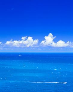 夏の海と船の写真素材 [FYI01511608]