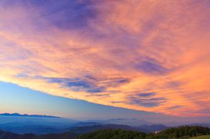 白馬岳など北アルプスの山並みと夕焼けの写真素材 [FYI01511722]