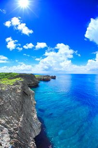 万座毛の岩壁と西方向の海と太陽の光芒の写真素材 [FYI01511763]
