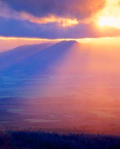 夕日の光芒と弟子屈市街北方の牧草地の写真素材 [FYI01511789]