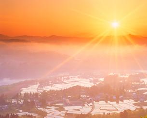 田園と信濃川と朝日の光芒の写真素材 [FYI01511829]