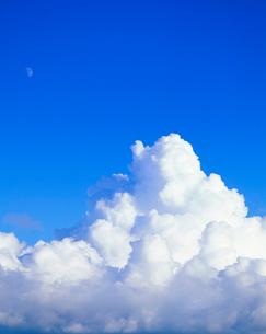 入道雲と月の写真素材 [FYI01511892]