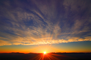 穂高連峰など北アルプスの山並みと夕日の写真素材 [FYI01511902]