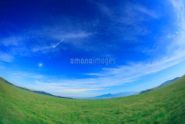 流星と月夜の牧草地の草原と八ケ岳と蓼科山などの山並みの写真素材 [FYI01511992]