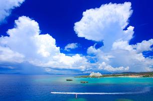 万座毛から望む万座ビーチと入道雲と水上バイクの写真素材 [FYI01511994]