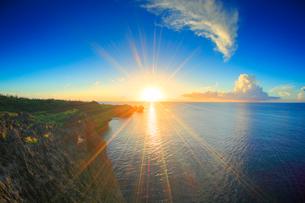 万座毛の岩壁と西方向の海と夕日の光芒の写真素材 [FYI01512075]