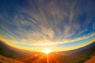 北アルプスの山並みと夕日の光芒の写真素材 [FYI01512091]