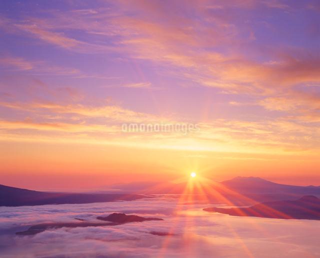 朝日の光芒と屈斜路湖の写真素材 [FYI01512116]