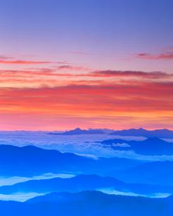 甲斐駒ケ岳など山並みと朝焼けと雲海の写真素材 [FYI01512139]