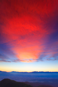 穂高連峰などの山並みと夕焼けの光芒の写真素材 [FYI01512180]