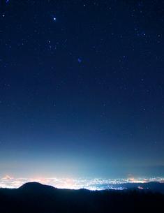 松本市街夜景と星空と穂高連峰など北アルプス遠望の写真素材 [FYI01512248]