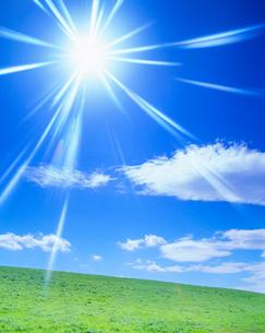 牧草地と太陽の光芒の写真素材 [FYI01512337]