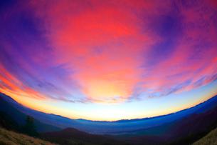北アルプスの山並みと夕焼けの写真素材 [FYI01512361]