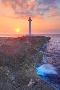 残波岬灯台と夕日と波しぶきの写真素材 [FYI01512371]