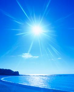 江ノ島海岸と太陽の光芒の写真素材 [FYI01512400]
