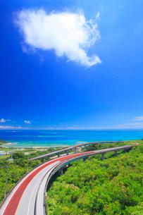 ニライカナイ橋とわた雲とコマカ島遠望の写真素材 [FYI01512468]