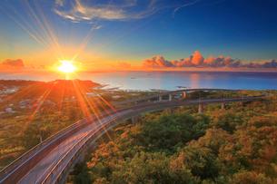 ニライカナイ橋と朝日と久高島とコマカ島遠望の写真素材 [FYI01512480]