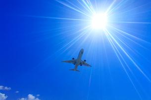 全日空の航空機と太陽の光芒の写真素材 [FYI01512567]
