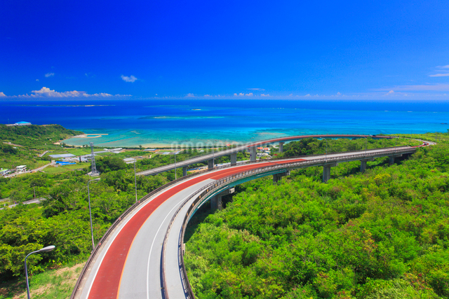 ニライカナイ橋と久高島とコマカ島遠望の写真素材 [FYI01512573]
