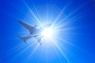 全日空の航空機と太陽の光芒の写真素材 [FYI01512598]