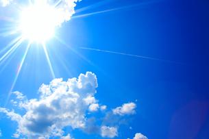 飛行機雲と太陽の光芒の写真素材 [FYI01512635]