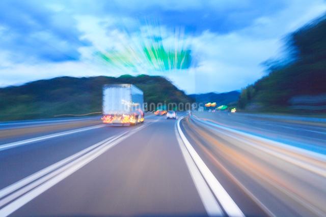 薄暮の中国自動車道の走行の写真素材 [FYI01512662]