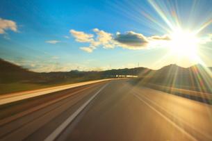 中国自動車道の走行と夕日の光芒の写真素材 [FYI01512686]