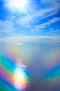 虹色に輝く東京湾と船と太陽の光芒,空撮の写真素材 [FYI01512711]