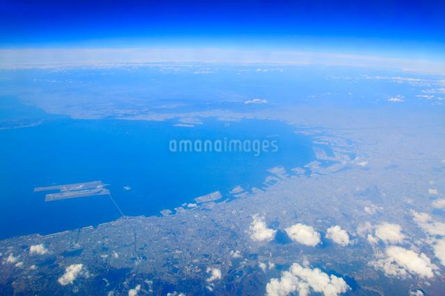 大阪湾と大阪都心部と関西国際空港の空撮の写真素材 [FYI01512725]