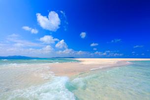 交差する波しぶきとはての浜の渚とハートの雲の写真素材 [FYI01512791]