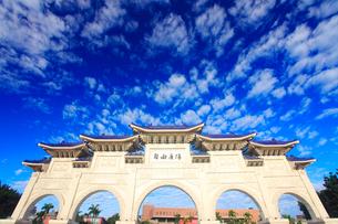 自由広場正門とうろこ雲の写真素材 [FYI01512840]