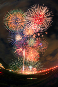 千曲川納涼煙火大会の水中スターマインの写真素材 [FYI01512995]