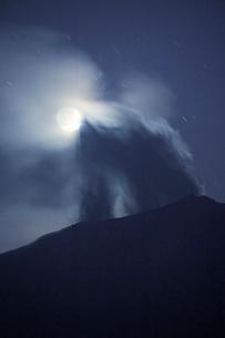 噴火する御嶽山と月の写真素材 [FYI01513031]