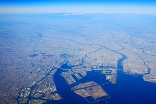 東京湾と東京都心部の空撮の写真素材 [FYI01513253]