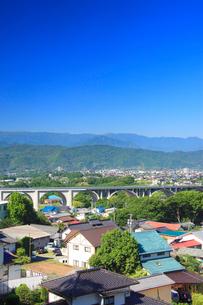 矢沢城跡から見た上田ローマン橋と美ヶ原などの山並みの写真素材 [FYI01513280]