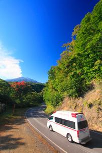 噴火する御嶽山と救急車の写真素材 [FYI01513489]