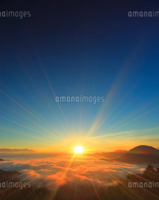 十観山から望む浅間山と夫神岳と雲海と朝日の写真素材 [FYI01513677]