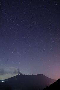噴火する御嶽山と星空の写真素材 [FYI01513703]