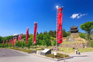輝く真田十勇士の幟と南櫓と西櫓の写真素材 [FYI01513720]