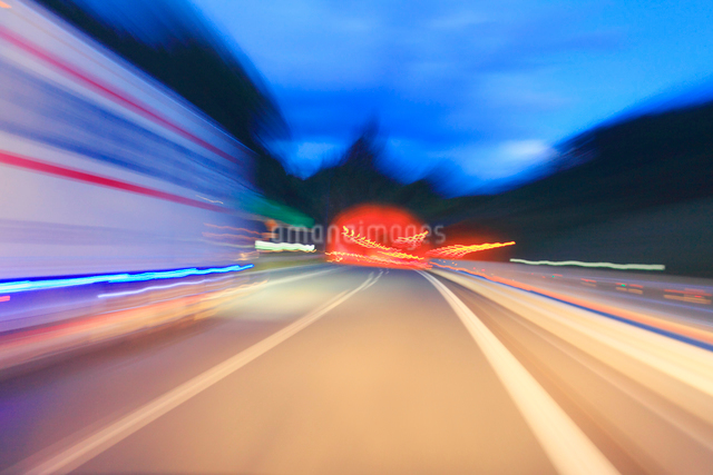 薄暮の中国自動車道の走行とトラックと根越トンネル西側入口の写真素材 [FYI01513764]