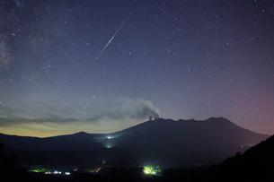 噴火する御嶽山と流星と星空の写真素材 [FYI01513812]