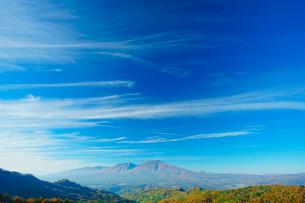 若草山から望む浅間山と秋空の写真素材 [FYI01513838]