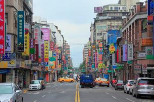台北の下町の商店街の看板群の写真素材 [FYI01513963]