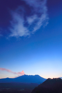 夕日に染まる御嶽山の噴煙と三日月の写真素材 [FYI01513967]