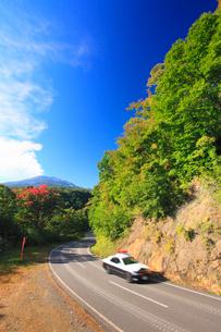 噴火する御嶽山とパトカーの写真素材 [FYI01513972]
