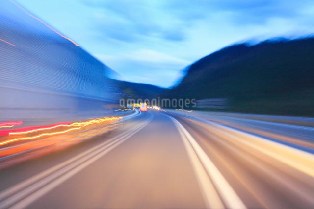 薄暮の中国自動車道の走行とトラックの写真素材 [FYI01513983]