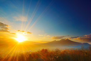 離山山頂から望む浅間山と夕日の写真素材 [FYI01514003]