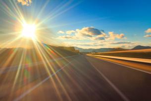 中国自動車道の走行と夕日の光芒の写真素材 [FYI01514091]