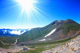 肩の小屋手前から望む剣ケ峰と甲斐駒ケ岳などの山並みの写真素材 [FYI01514151]