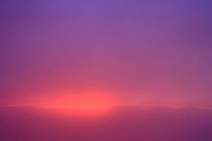 夕霧越しの穂高連峰と夕焼け雲の写真素材 [FYI01514252]